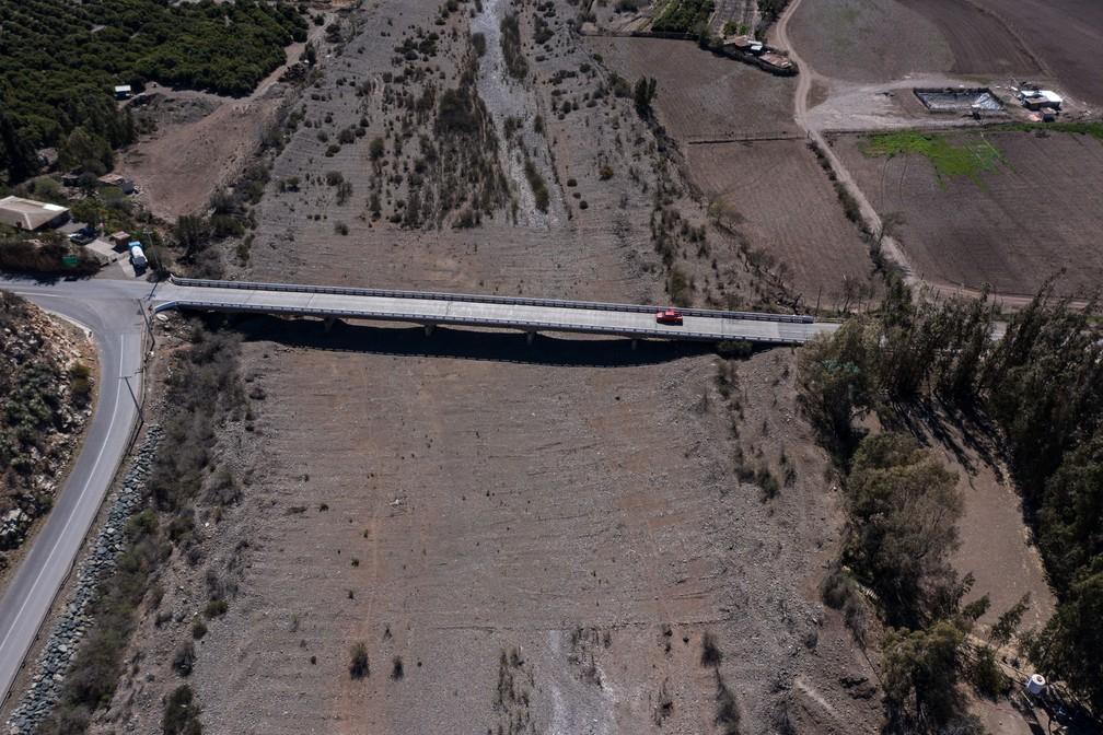 Leito seco do rio La Ligua, na província de Petorca, região de Valparaíso, no Chile, em registro feito no dia 12 de setembro de 2019  — Foto: Martin Bernetti / AFP