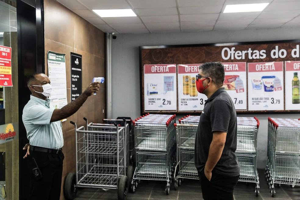 Além de restringir limite de consumidores, mercados seguem medindo temperatura dos clientes na capital de SC — Foto: Diorgenes Pandini/NSC