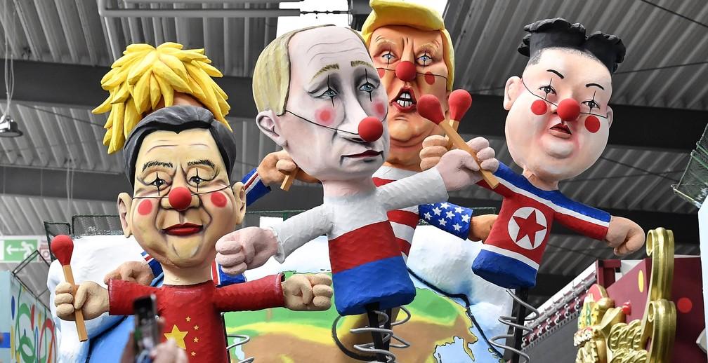 Bonecos representando os líderes da China, Xi Jinping; Reino Unido, Boris Johnson; Rússia, Vladimir Putin; Estados Unidos, Donald Trump; e Coreia do Norte, Kim Jong-un, como palhaços são exibidos à imprensa em Colônia, na Alemanha, em prévia do Carnaval, na terça-feira (18) — Foto: AP Photo/Martin Meissner