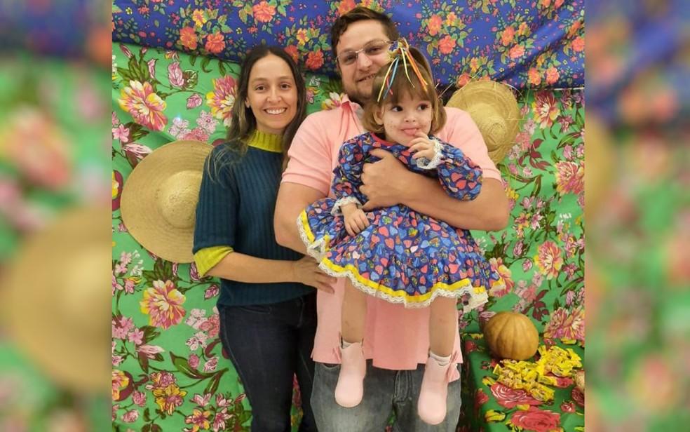 Família pede ajuda para arrecadar R$ 30 mil e custear tratamento da filha que não consegue andar, em Goianésia, Goiás — Foto: Thales Costa/Arquivo pessoal