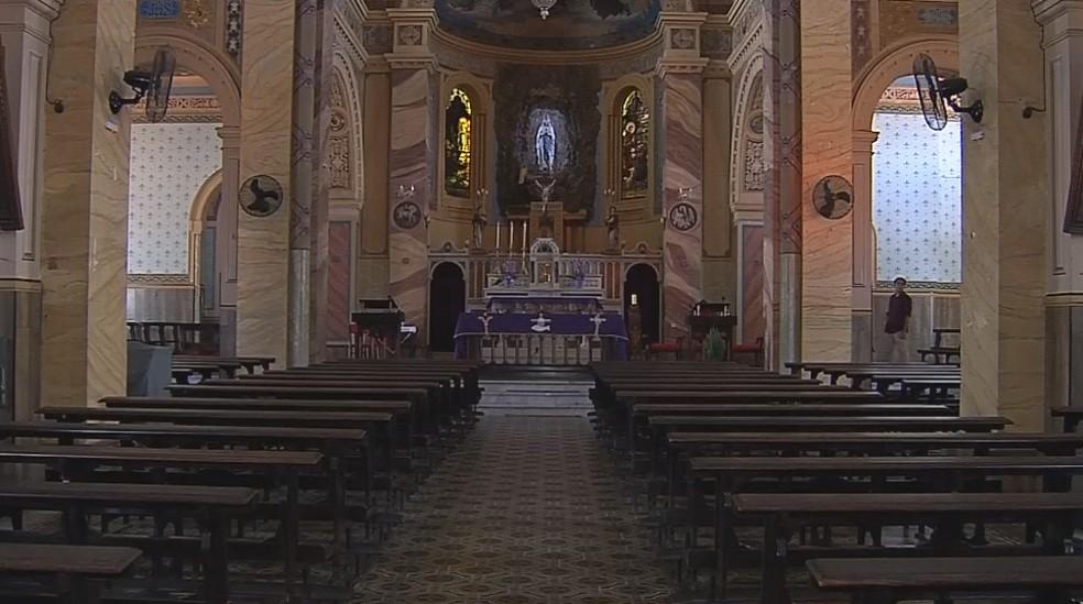 Castiçais têm valor histórico e sentimental para os fiéis que frequentam a igreja  — Foto: Reprodução/TV TEM