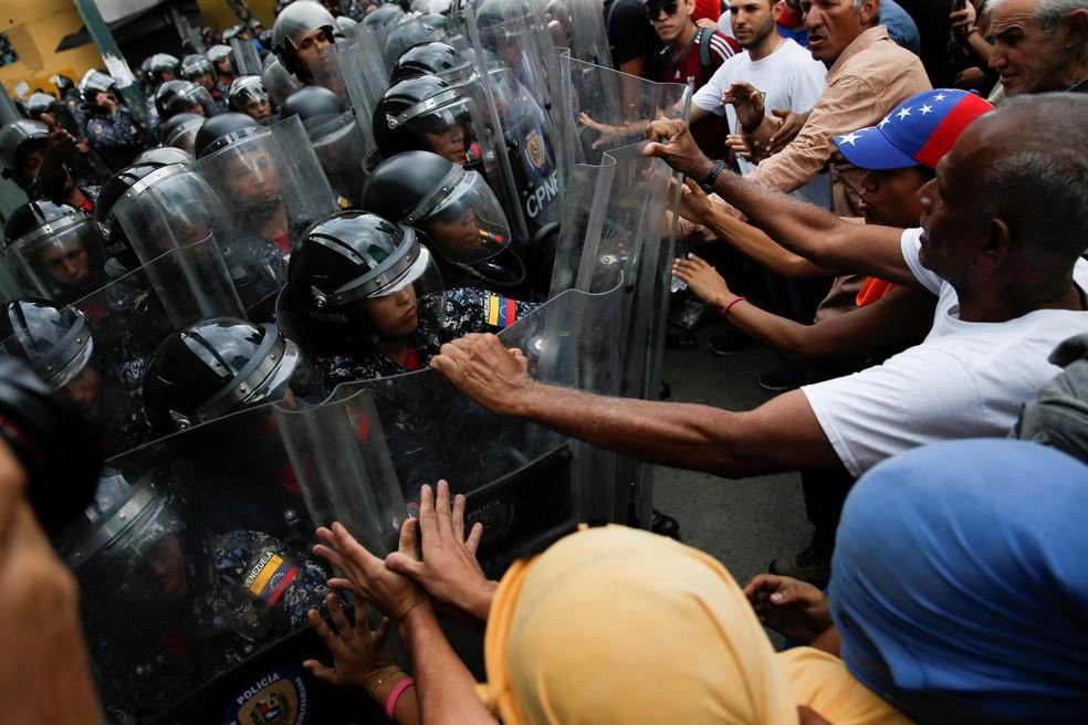 Manifestante e policiais em confronto em Caracas, em 10 de março de 2020 — Foto: Manaure Quintero/Reuters