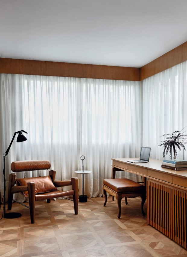 Acabamento aparente. Os arquitetos Bruno Carvalho e Camila Avelar, do escritório BC Arquitetos, optaram por cortinas de gaze de linho da Orlean para este quarto. Os trilhos suíços ficam escondidos sob o bandô de tauari (Foto: Denilson Machado / MCA Estúdio / Divulgação)