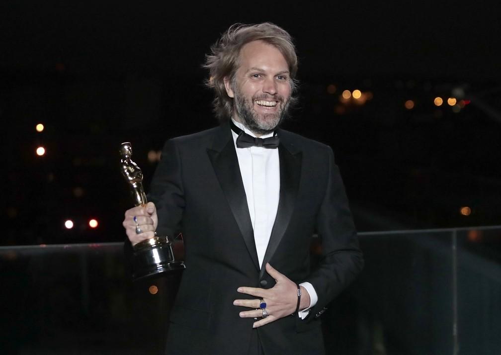 """Florian Zeller recebe o Oscar de roteiro adaptador por """"Meu Pai"""" — Foto: AP Foto/Lewis Joly"""