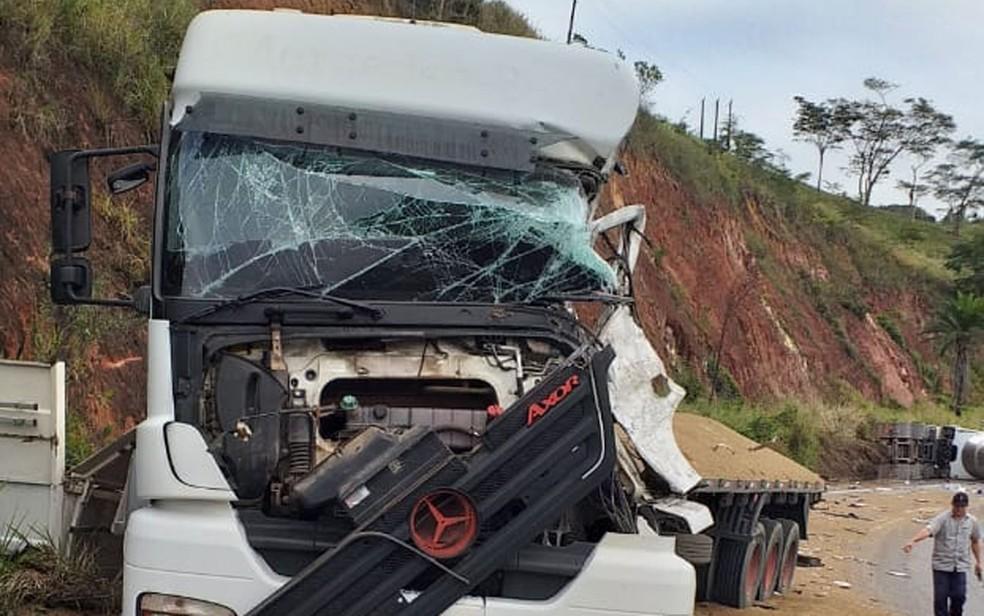 Batida envolvendo carreta deixa ferido preso às ferragens e trecho da BR-101 interditado em Eunápolis. — Foto: Redes Sociais