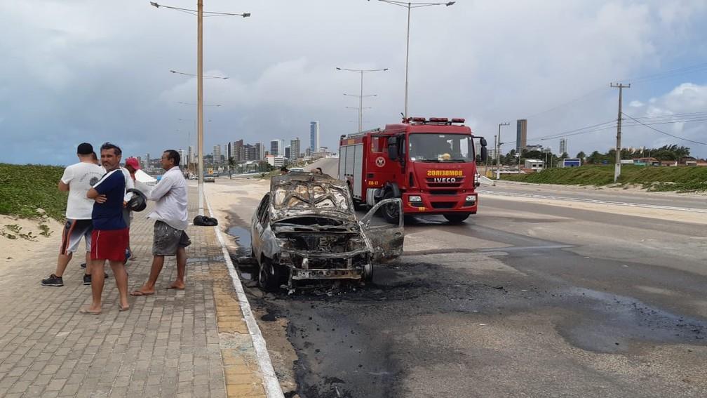 Carro pegou fogo na Praia do Forte, em Natal — Foto: Sérgio Henrique Santos/Inter TV Cabugi