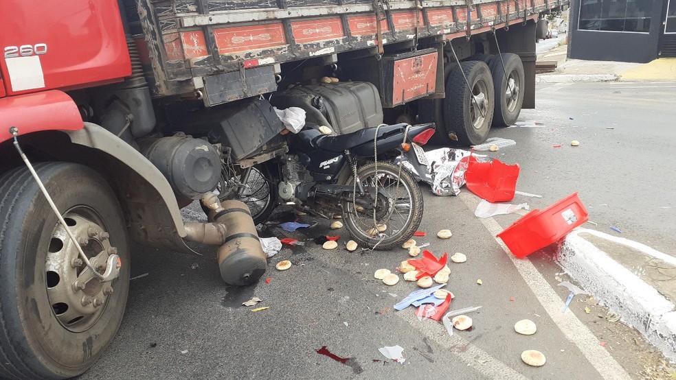Acidente entre caminhão e moto — Foto: Raphael Bicalho/Arquivo Pessoal