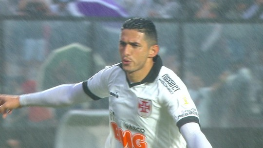 """Athletico provoca sobre pênalti marcado para o Vasco após consulta ao VAR: """"Gol do Dar..."""""""