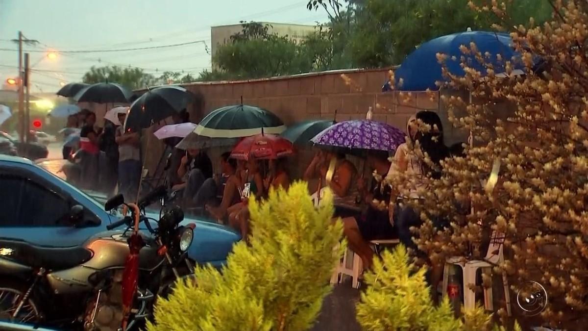 Pais passam madrugada na fila para tentar matricular filhos em escola de Rio Preto