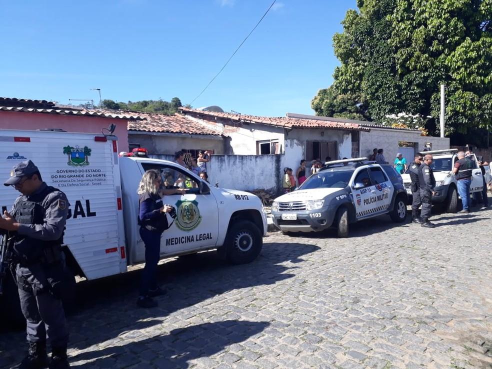 Segundo a polícia, homem foi morto enquanto realizava assaltos na Rua Cortez Pereira (Foto: Marksuel Figueredo/Inter TV Cabugi)