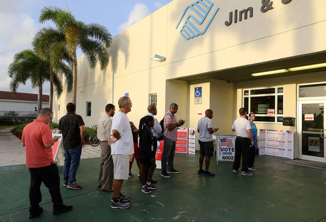 Eleitores fazem fila para votar em eleições de meio de mandato nesta terça-feira (6) em Deerfield Beach, na Flórida