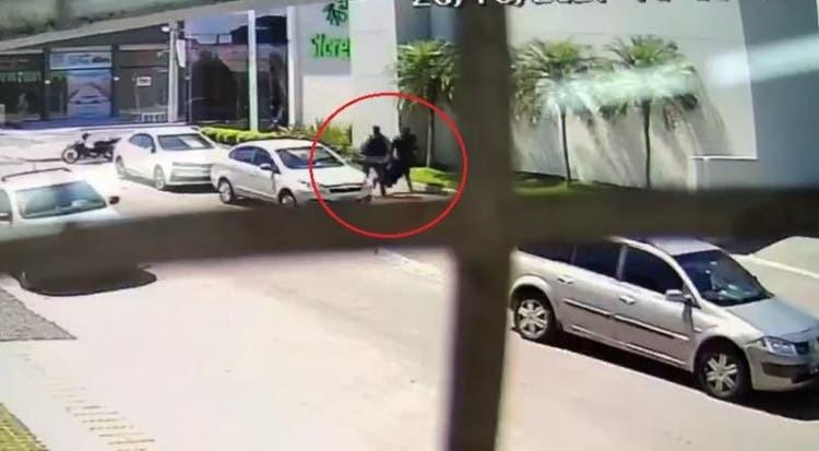 Carro de assaltantes bate em poste durante roubo em cooperativa de crédito em Itajaí; VÍDEO