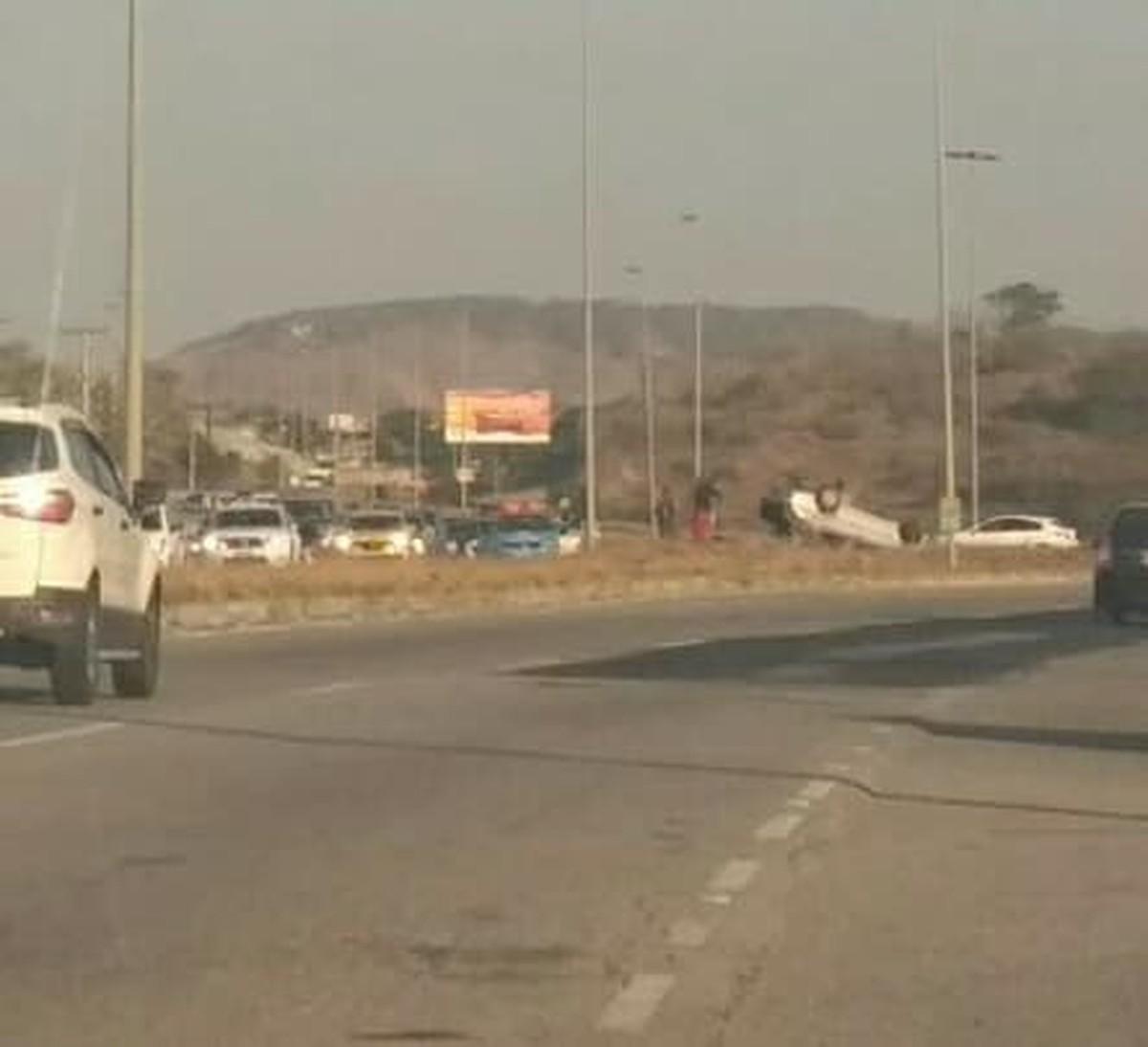 Carro vira, fica com as rodas para cima e deixa trânsito lento na RJ-140, em São Pedro da Aldeia