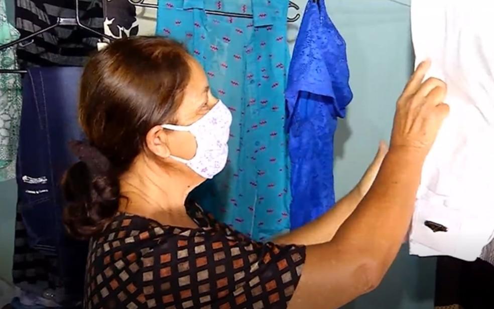 Avó de Millary ajuda fazendo os bazares de roupas usadas para arrecadar dinheiro — Foto: Reprodução/TV Anhanguera