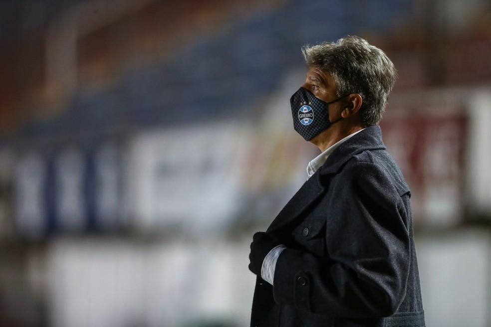 Renato Gaúcho usou máscara durante toda a partida — Foto: Lucas Uebel/Grêmio