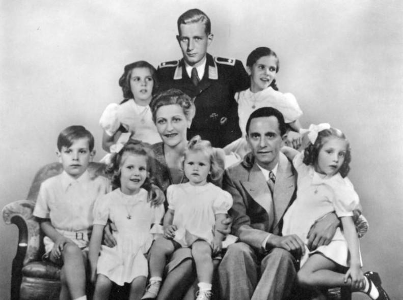 Goebbels (à direita), com Magda e os seis filhos, além de um jovem afilhado
