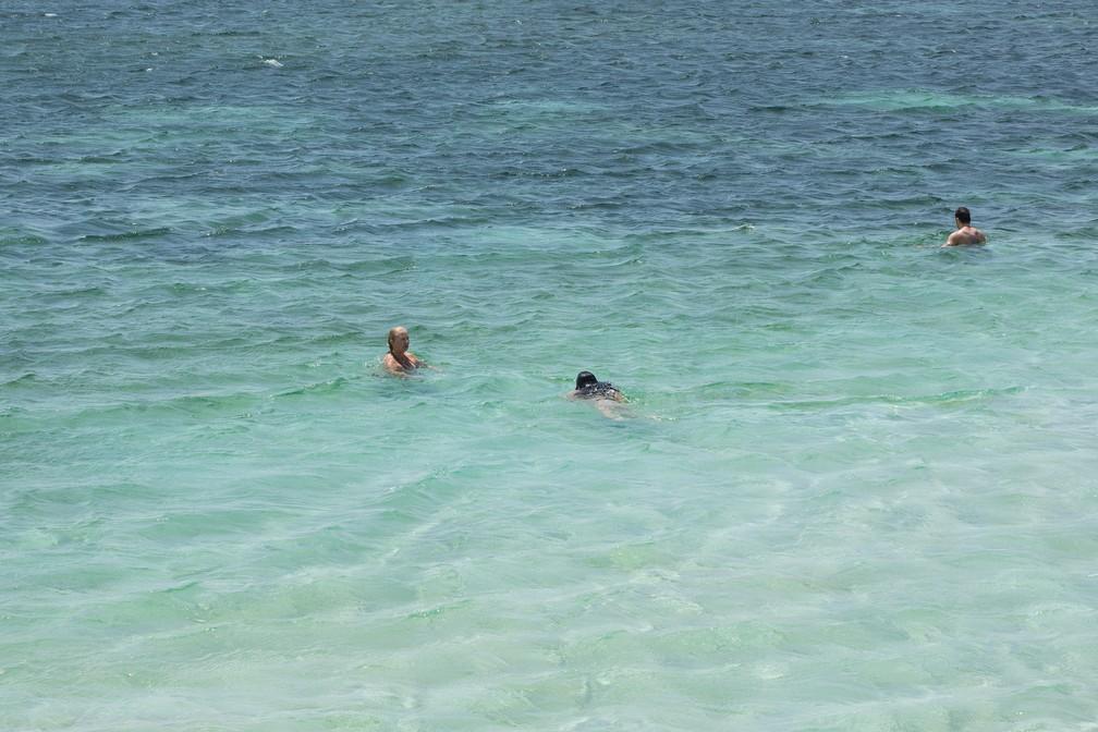 Turistas nadam em uma das lagoas do circuito Betânia, em Santo Amaro do Maranhão — Foto: Celso Tavares/G1