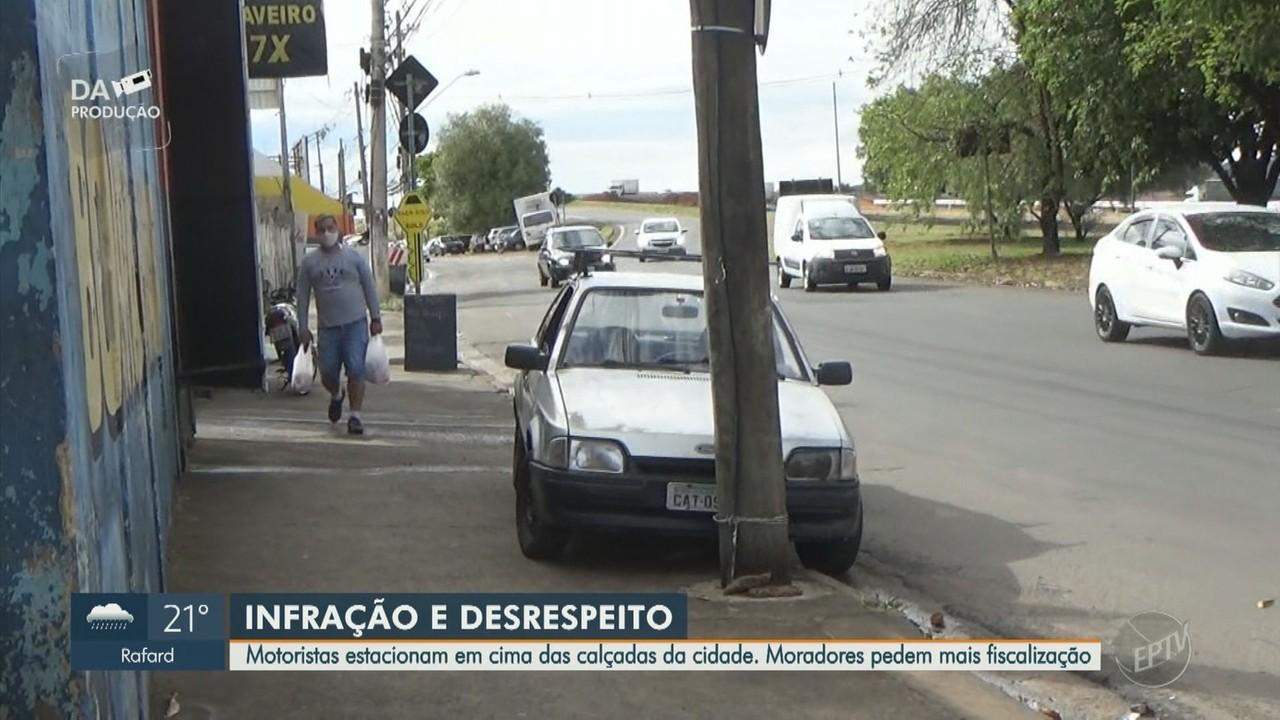Motoristas estacionam em cima de calçadas em Campinas