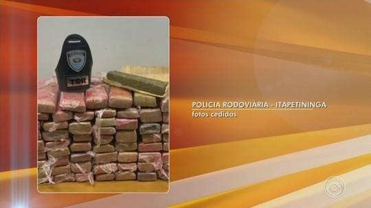 Dupla é presa após polícia apreender mais de 60 tabletes de maconha