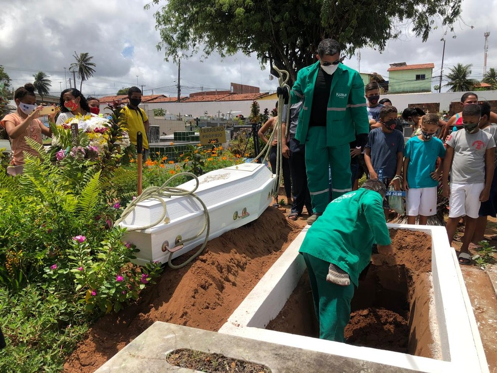 Corpo de garoto José Carlos é sepultado no Cemitério Municipal de Igapó, em Natal — Foto: Paulo Martin/Inter TV Cabugi