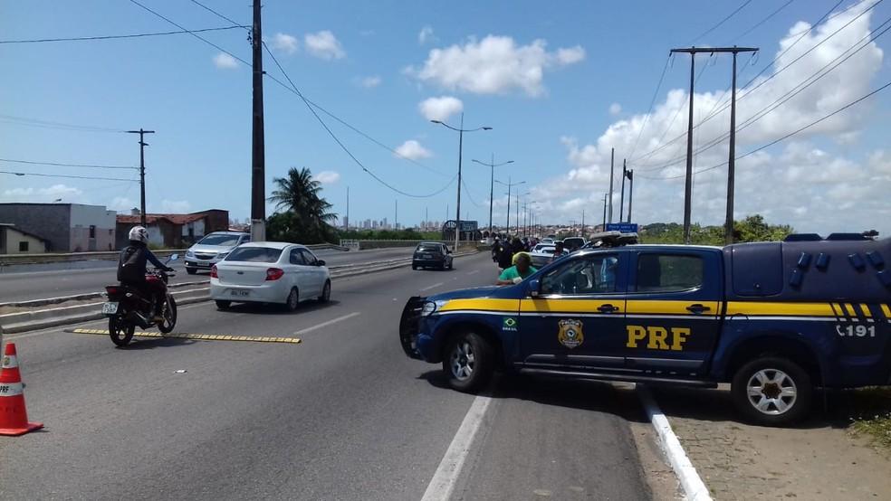 PRF faz fiscalização na BR-101 Norte, na manhã deste domingo (9), dentro da operação do feriadão da Independência (Foto: PRF/Divulgação)