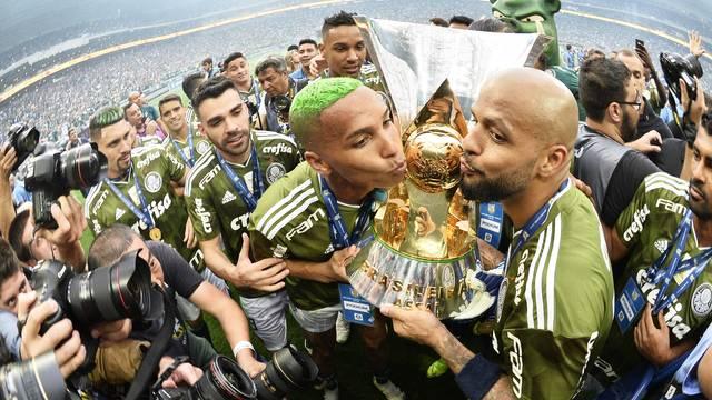 Deyverson e Felipe Melo beijam a taça do Palmeiras