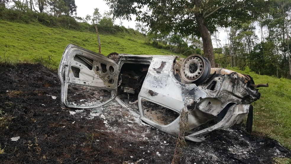 Carro capotou e pegou fogo — Foto: Everson Moreira/RPC