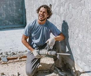 José Loreto durante obra em sua casa | Reprodução