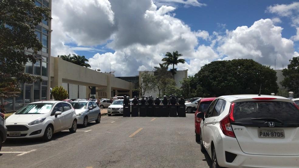 Isolamento feito pelo Batalhão de Choque da PM no Ministério da Educação (Foto: Ana Luiza de Carvalho/G1)