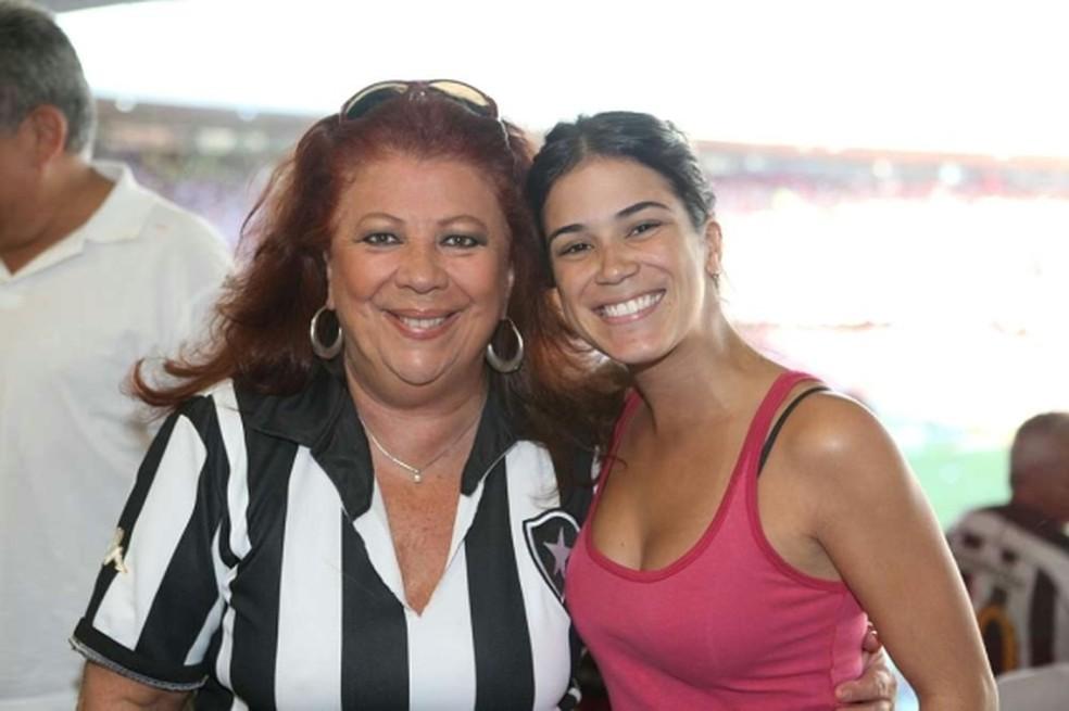 Beth Carvalho e a filha Luana no Maracanã, em 2009 — Foto: Rogério Resende/Approach-Ferj