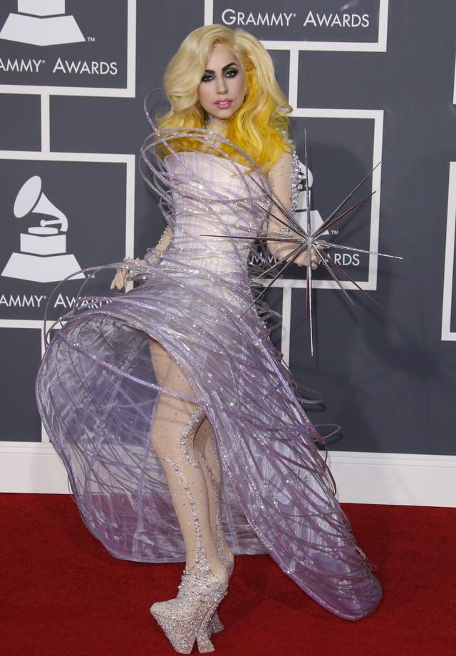 Lady Gaga e o Galaxy Dress Armani Privé no Grammy de 2010 (Foto: Getty Images)