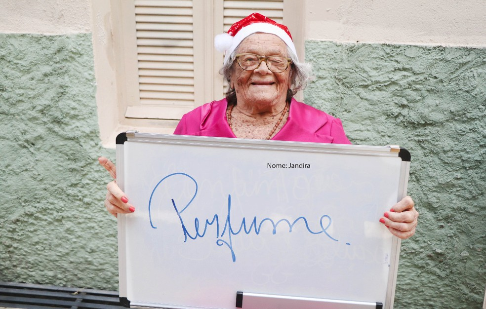 Idosa que participa da campanha pede um perfume de presente de Natal — Foto: Divulgação/Instituto Juvino Barreto