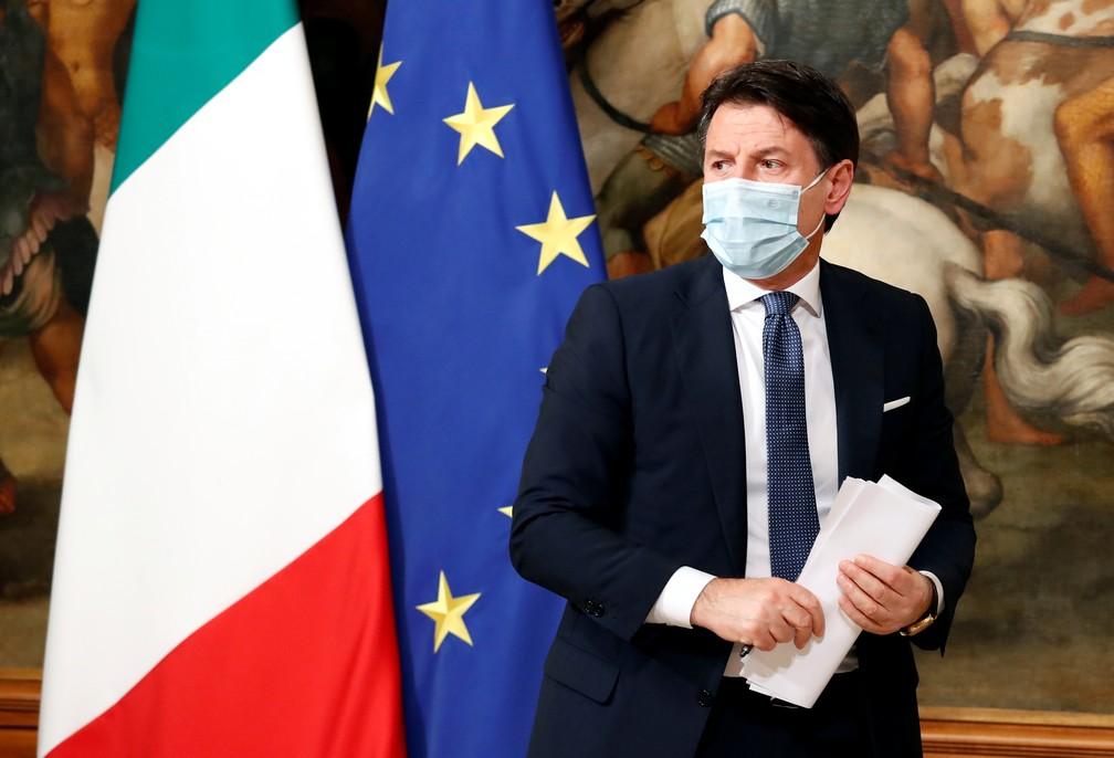 Primeiro-ministro da Itália, Giuseppe Conte, de máscara, deixa uma coletiva de imprensa em Roma nesta sexta-feira (18) — Foto: Remo Casilli/Reuters
