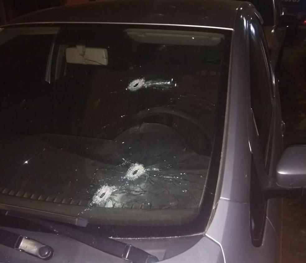 Carros da cidade de Mulungu do Morro, no interior da Bahia, foram atingidos por tiros em ação de criminosos contra posto bancário — Foto: Edivaldo Braga/Blogbraga