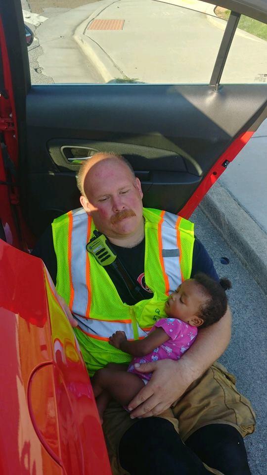 O capitão Chris com a bebê em seus braços enquanto a confortava (Foto: Reprodução Facebook)