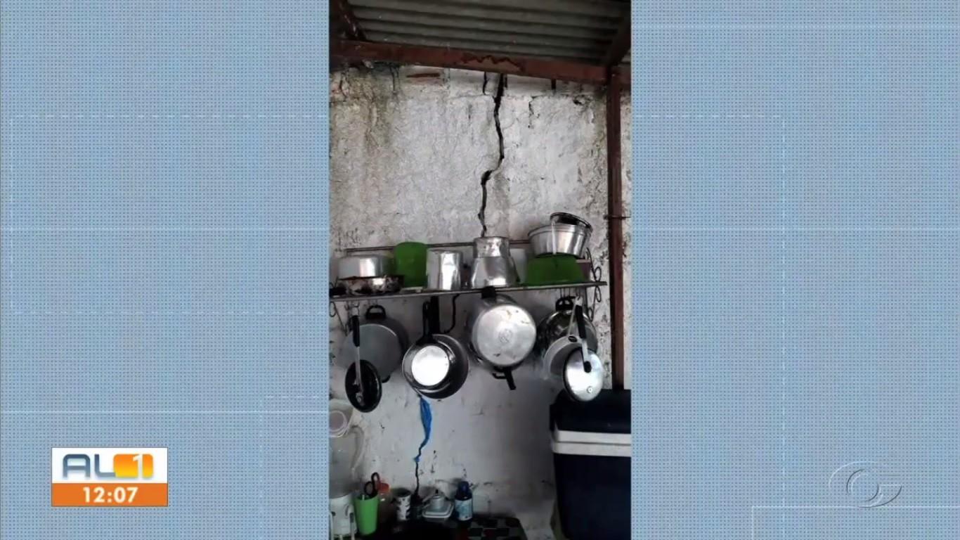 Moradores relatam o surgimento de rachaduras em casas no Bom Parto, em Maceió - Notícias - Plantão Diário