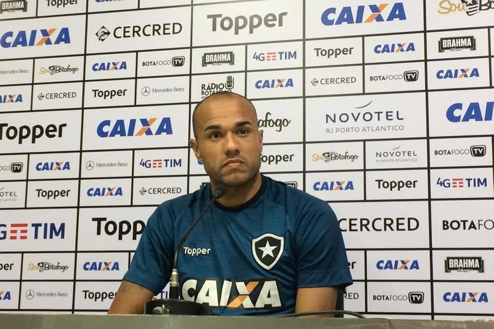 Roger deu coletiva de imprensa após o treino desta segunda-feira (Foto: Divulgação / Botafogo)
