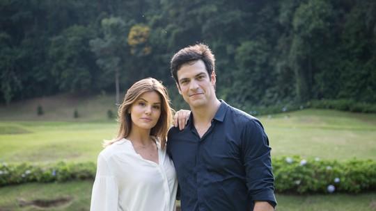 Camila Queiroz e Mateus Solano mostram bastidores das primeiras cenas em 'Pega Pega'; veja vídeo