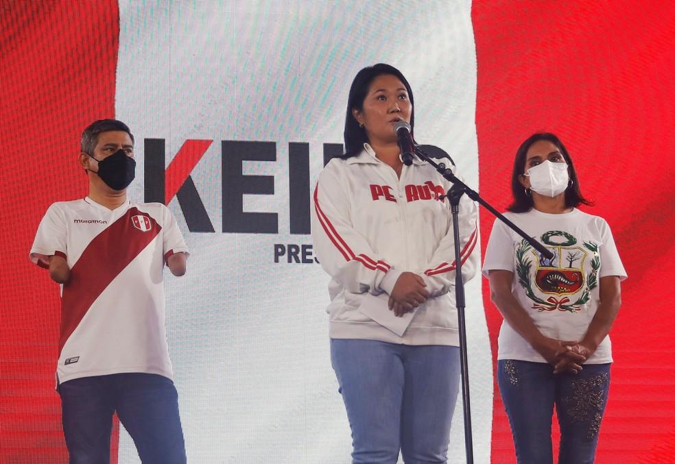 Keiko Fujimori conversa com apoiadores em Lima, no Peru, neste domingo (6) — Foto: Sebastian Castaneda/Reuters
