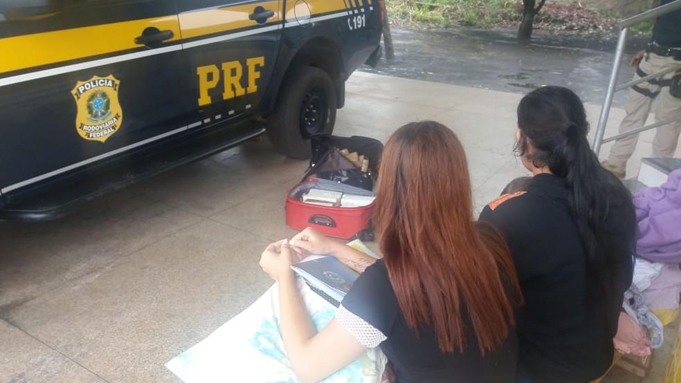 As duas mulheres qure estavam com a droga não tiveram as suas identidades reveladas — Foto: Divulgação/Polícia Rodoviária Federal