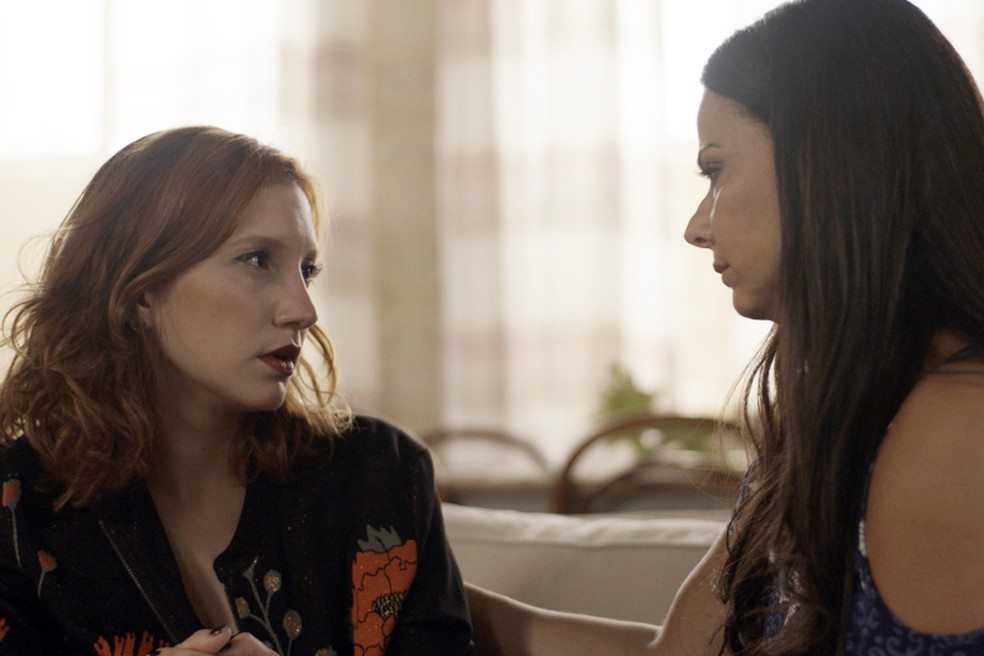 Edith consola a filha e diz que a diretora da Som Discos se aproveita do sentimento que Vanessa tem por ela (Foto: TV Globo)