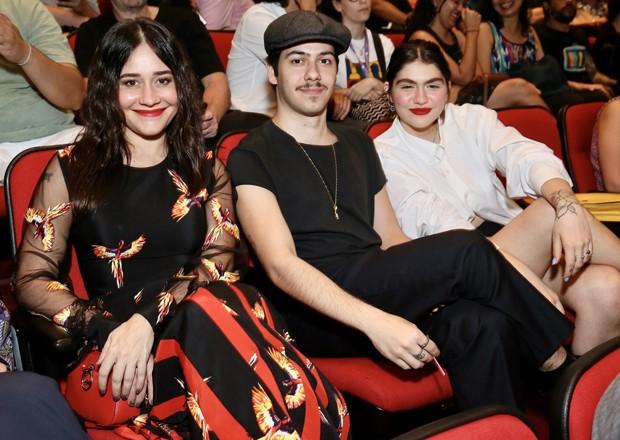 Resultado de imagem para Alessandra Negrini vai ao cinema com o filho, Antônio, e a nora