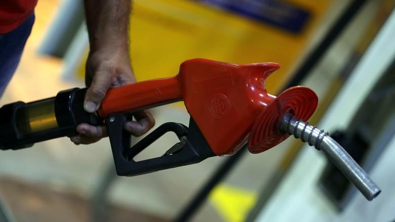 Frentista em posto de combustíveis em São Paulo (Foto: REUTERS/Paulo Whitaker)