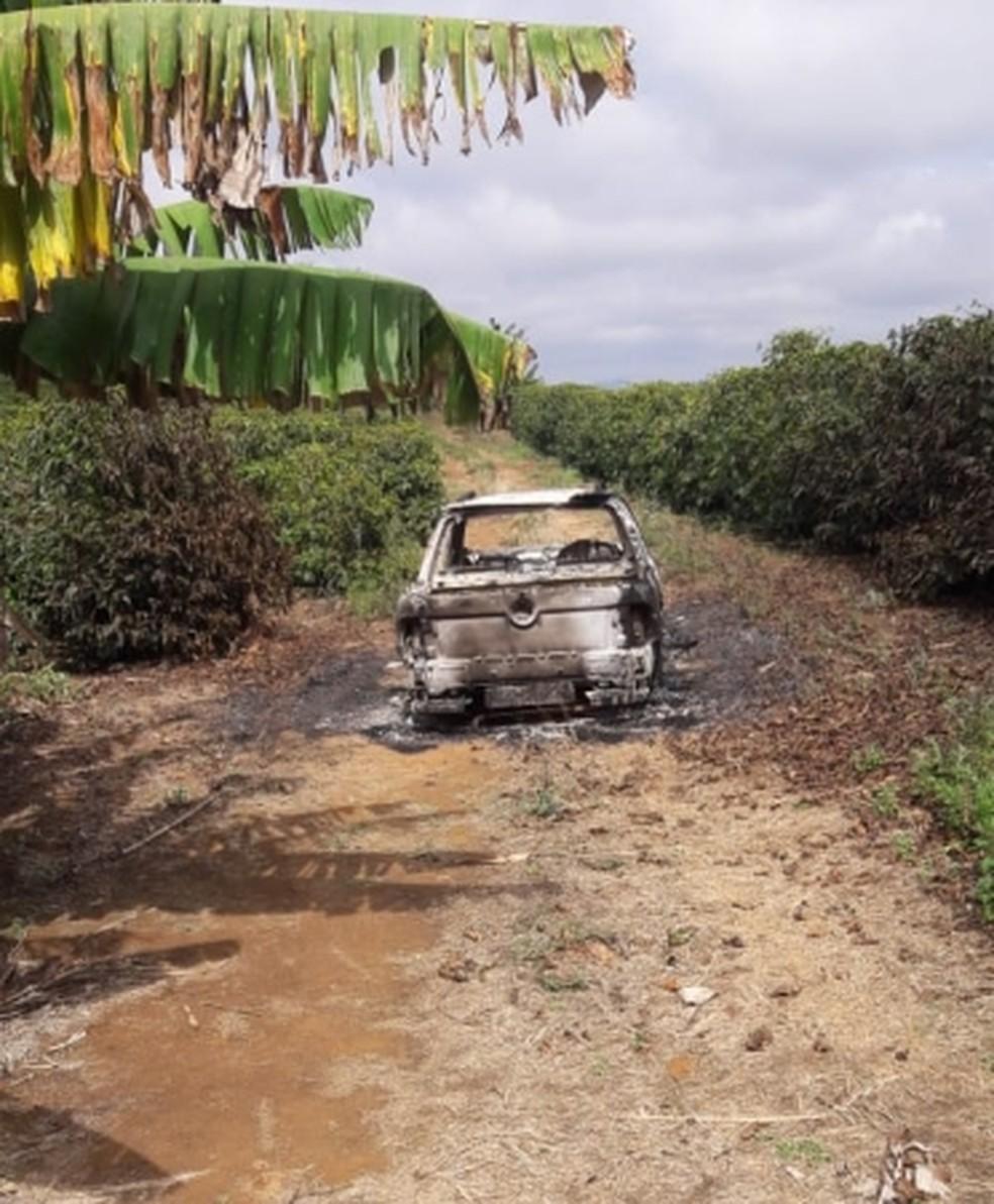 Carro incendiado foi encontrado abandonado na zona rural de Poço Fundo — Foto: Polícia Militar
