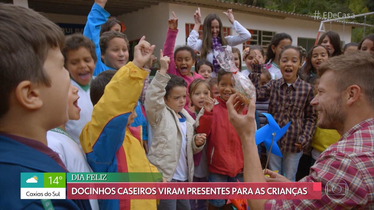 Rodrigo Hilbert faz doces para oferecer para a criançada