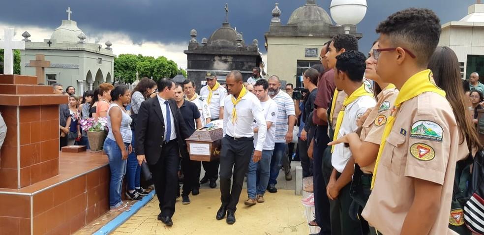 Caixão do corpo de Samuel é enterrado  — Foto: Bárbara Muniz Vieira/G1