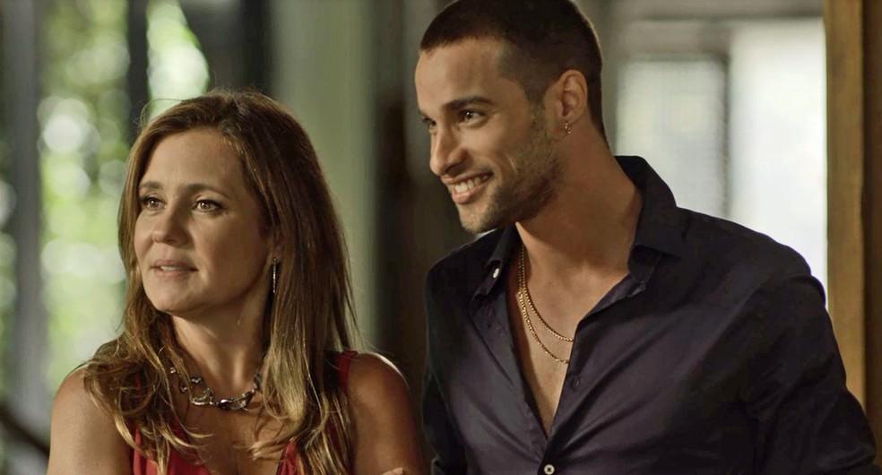 A cafetina apresenta o seu novo namorado a Ícaro — Foto: TV Globo