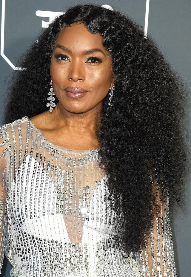 Angela Bassett combinou o cabelo disco diva com finger waves franja, dando a dica de misturar texturas em um só penteado. (Foto: Getty Images)
