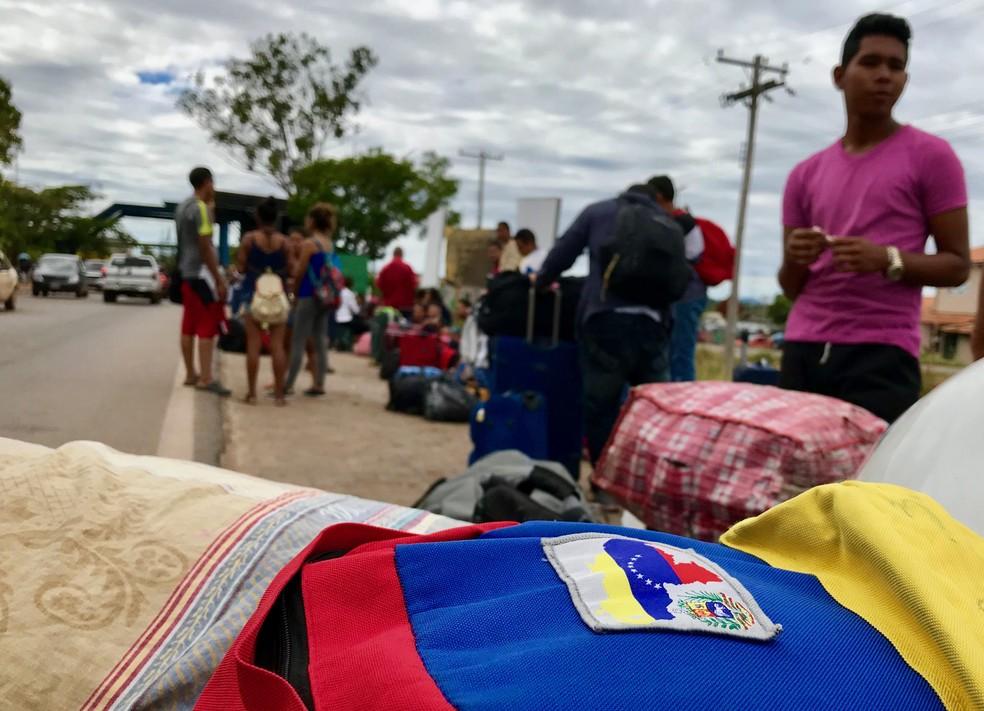 Fila de imigrantes venezuelanos em Pacaraima, na fronteira do Brasil com a Venezuela, em fevereiro deste ano (Foto: Alan Chaves/G1 RR/Arquivo)