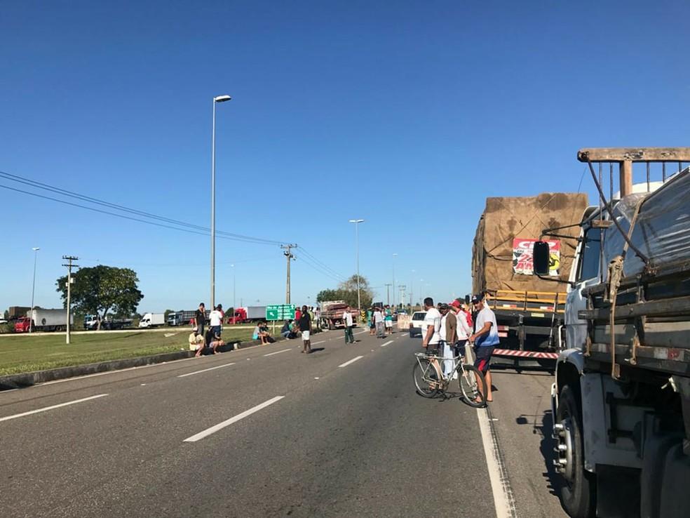 Caminhoneiros protestam na BR-101 contra o aumento do diesel (Foto: Letícia Antunes/Inter TV)